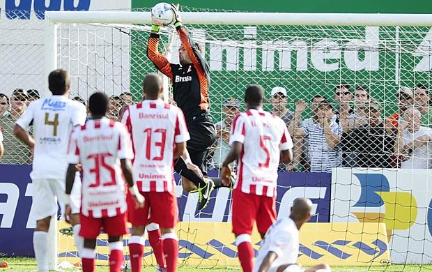 Muriel e a defesa do Inter  (Foto: Alexandre Lops / Inter, DVG)