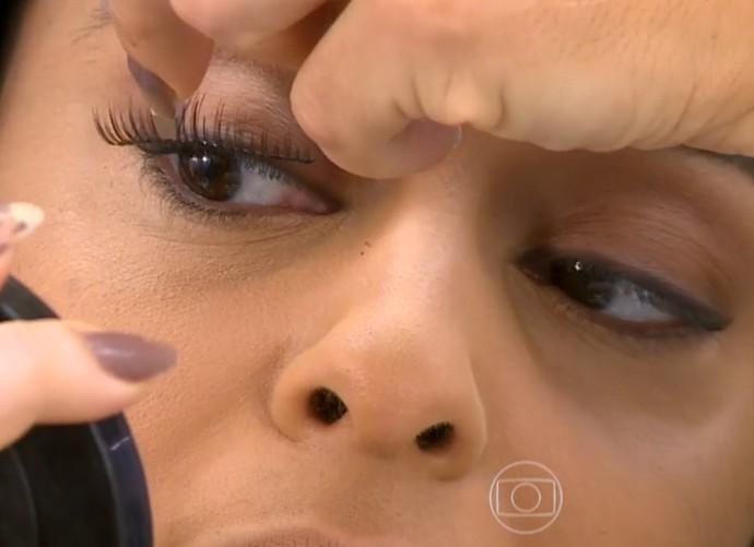 Juliana Paes coloca cílios postiços (Foto: Vídeo Show / Tv Globo)