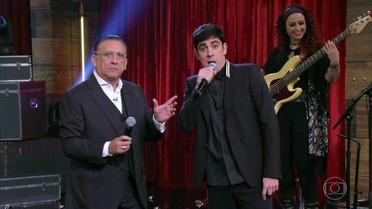 Galvão Bueno é recebido no palco com musical e honrarias