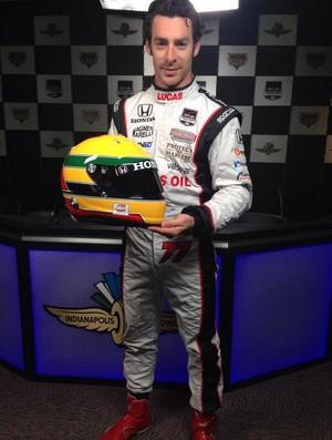 O francês Simon Pagenaud, da Fórmula Indy, exibe o capacete em homenagem ao ídolo Ayrton Senna (Foto: Divulgação  )