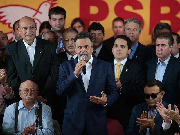 Aécio Neves (PSDB) durante discurso após receber apoio do PSB  para o 2º turno da corrida presidencial (Foto: Ueslei Marcelino/Reuters)