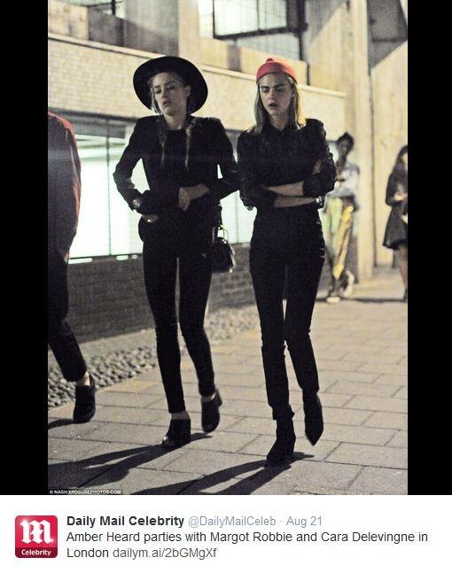 Clique de Amber Heard e Cara Delevingne se divertindo em Londres no Tweet do Daily Mail (Foto: Reprodução/Twitter)