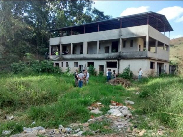 Corpo da vítima foi encontrado em um terreno na cidade de Ponte Nova (Foto: Corpo de Bombeiros de Ponte Nova/Divulgação)