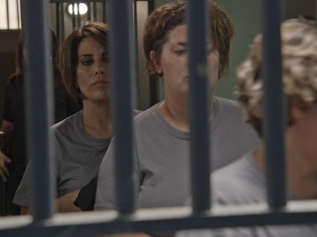 A empresária se prepara para entrar na cela (Foto: TV Globo)