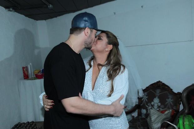 Preta Gil com o noivo Rodrigo Godoy nos bastidores de show no Rio (Foto: Marcello Sá Barreto/AG News)