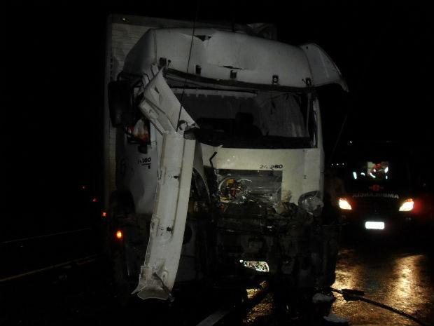 Batida entre dois caminhões matou um homem em Fernandes Pinheiro (Foto: Divulgação/PRF)