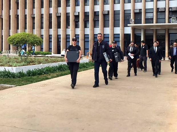 Policiais apreendem computadores e documentos no Palácio do Buriti, sede do governo do Distrito Federal, em operação que investiga suposto esquema de propina (Foto: Gabriel Luiz/G1)