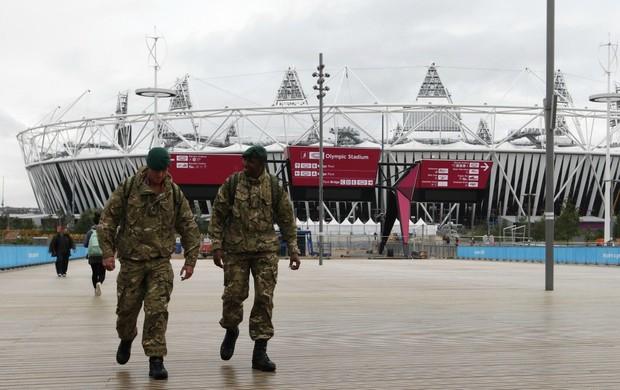 Soldados em frente ao estádio olímpico de Londres (Foto: Reuters)