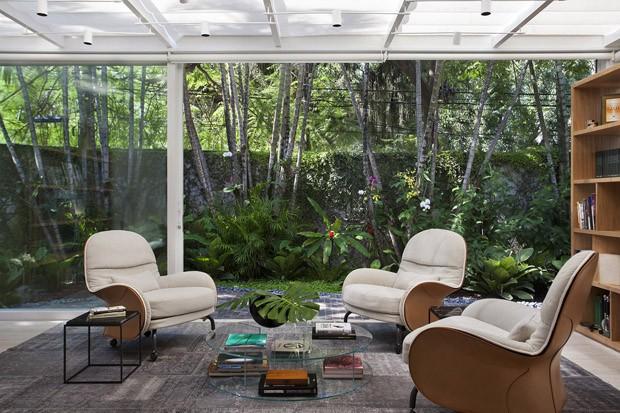 Décor do dia: escritório com vista deslumbrante para o jardim (Foto: MCA Estúdio/Divulgação)