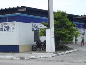 O fiscal atropelado foi encaminhado à UPA de Cabo Frio (Foto: Heitor Moreira / G1)