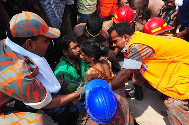 Homem é resgatado com vida nesta quinta-feira de prédio que desabou em Savar, (Foto: AFP)