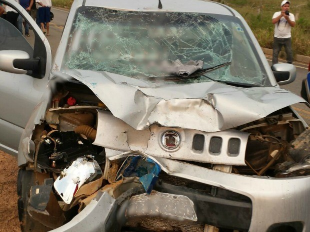 Ocupantes do carro sofreram ferimentos leves (Foto: Ariquemes 190/ Reprodução)