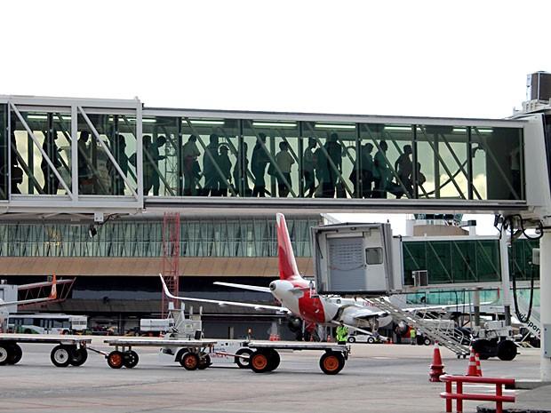 Passageiros em ponte de embarque no Aeroporto JK, em Brasília (Foto: Inframerica/Divulgação)