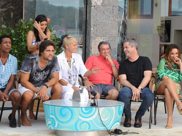 Xuxa ao lados dos seus visitantes  (Foto: TV Globo/Blad Meneghel)