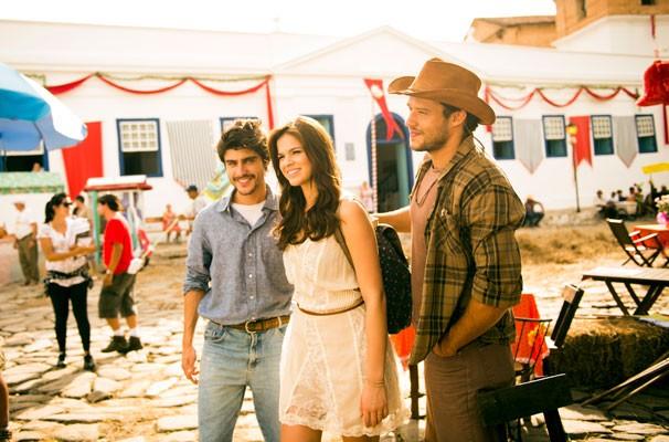 Laerte ( Guilherme Leicam ), Helena ( Bruna Marquezine ) e Virgílio ( Nando Rodrigues ) (Foto: Globo/João Miguel Júnior)
