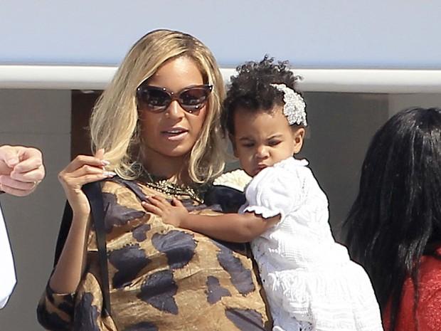 Beyoncé com a filha, Blue Ivy, em Formentera, na Espanha (Foto: Grosby Group/ Agência)