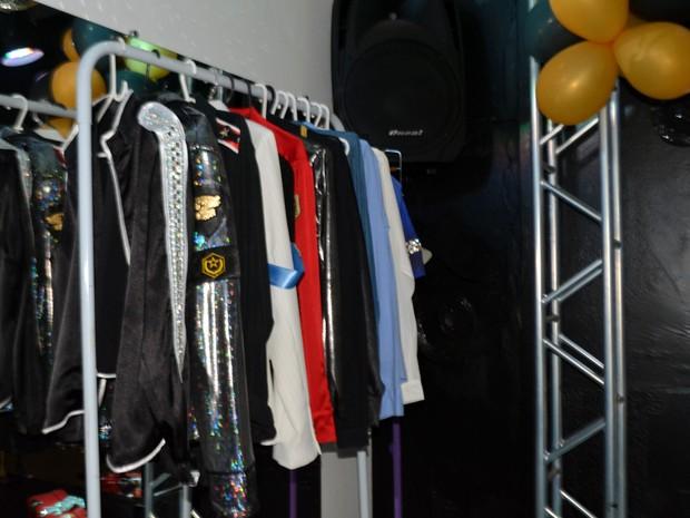 Jaquetas iguais as de Michael Jackson em hostel de Campinas (Foto: Priscilla Geremias/ G1)