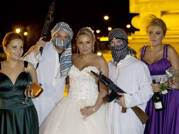 Mulheres posam para fotos antes de serem levadas na limusine (Foto: Vadim Ghirda/AP)