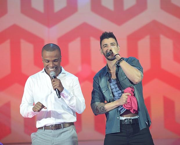 Gusttavo Lima e Alexandre Pires sensualizam durante apresentação (Foto: Camila Serejo / Gshow)