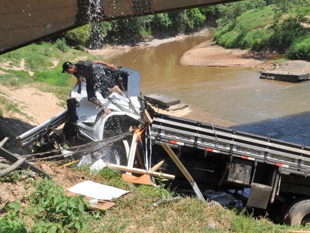 Caminhão despenca de ponte (Foto: Lucimara Dorte / VC no G1)