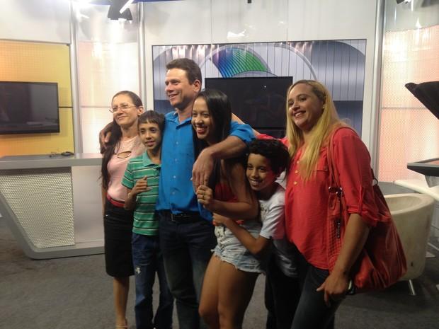 Anunciato com a família na TV Anhanguera, onde participou de gravação (Foto: Bernardo Gravito/G1)