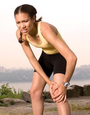 Corredora com dor no joelho (Foto: Editoria de Arte / EUATLETA.COM)