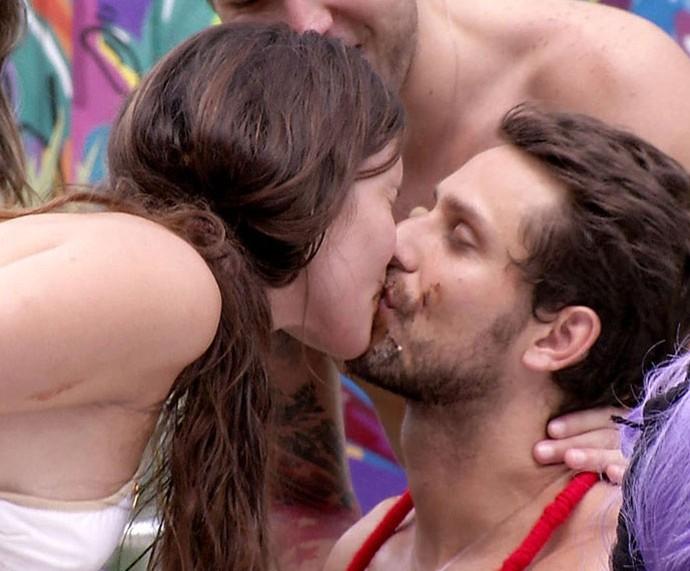 A ex-sister quando deu o priemiro beijo em Elieser lambuzada de sorvete de chocolate (Foto: TV Globo)