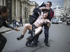 Ativista seminua é presa durante protesto em Paris