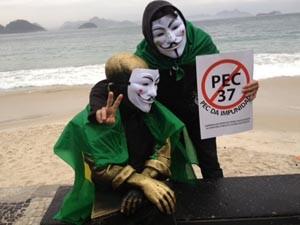 Estátua do poeta Carlos Drummond de Andrade, em Copacabana, é coberta por uma máscara de Guy Fawkes. (Foto: Tahiane Stochero/G1)