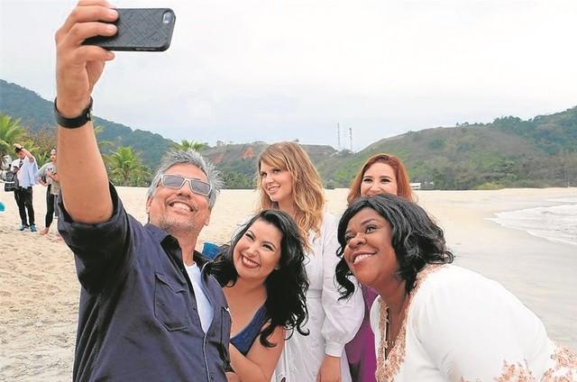 Marcelo Braga, Mariana Xavier, Carolinie Figueiredo, Lyv Ziese e Cacau Protásio (Foto: Rox Shimura)