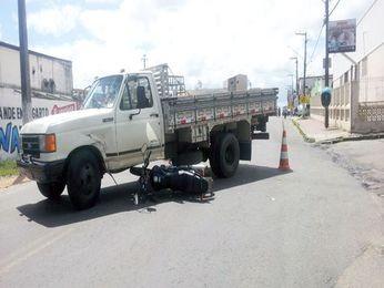 Moto foi parar debaixo do caminhão (Foto: Divulgação/Lagartense)