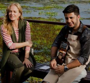 Nos bastidores, Cristiano Araújo conversa com a apresentadora (Foto: Gabriel Nascimento/Gshow)