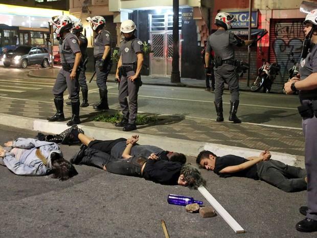 Pessoas são detidas em São Paulo durante protestos contra o impeachment de Dilma Rousseff (Foto: Paulo Whitaker / Reuters)