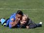 Após treinamento, Neymar se diverte com o filho na Granja Comary