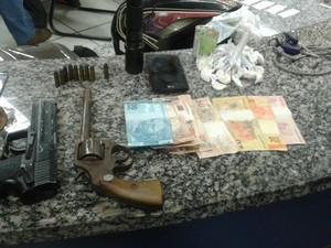 Homme é preso com arma, réplica e drogas em Teresópolis (Foto: Divulgação/Polícia Militar)