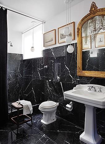 Banheiro principal | A cortina de veludo molhado da Donatelli, junto do boxe, combina com o mármore nero marquina, da MG Mármores e Granitos (Foto: Tuca Reinés e Denilson Machado/ MCA Estúdio)