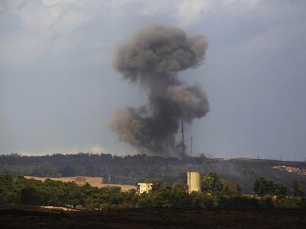 Fumaça de explosão após bombardeio israelense é vista subindo sobre Gaza (Foto: Amir Cohen/Reuters)