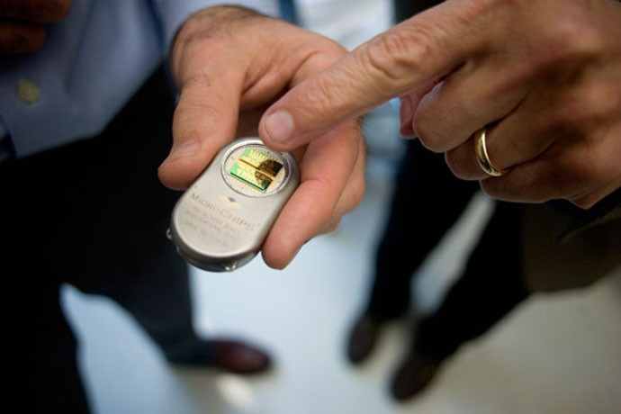 Controle Wi-Fi de chip subcutâneo; empresa fabricante recebeu apoio de Bill Gates para criar anticoncepcional em forma de chip.