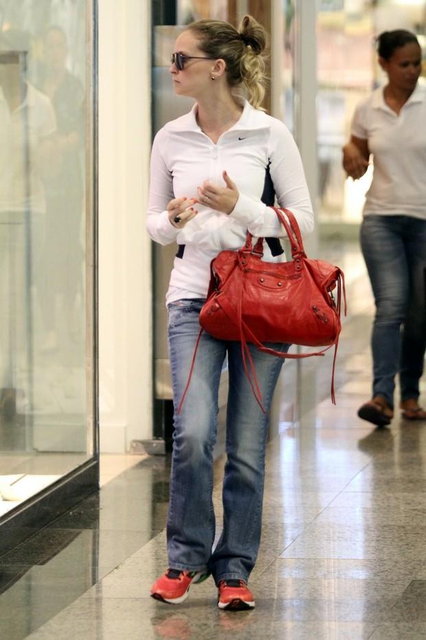 Fernanda Rodrigues no shopping (Foto: Marcos Ferreira / Foto Rio News)