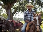 Daniel Rocha e Rodrigo Simas exibem look country nos bastidores do Pantanal