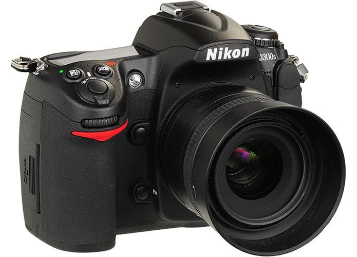 Nikon 300S é DLSR da Nikon vendida no Brasil por cerca de R$ 4300 (Foto: Divulgação)