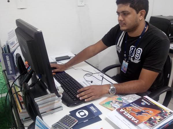 O assistente de marketing da TV Grande Rio, Renan Braga. (Foto: Gabriela Canário)