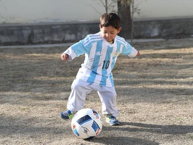 Murtaza Ahmad ganhou uma camisa e bola autografadas do ídolo argentino Lionel Messi (Foto: Reprodução/Facebook/Unicef Afghanistan)