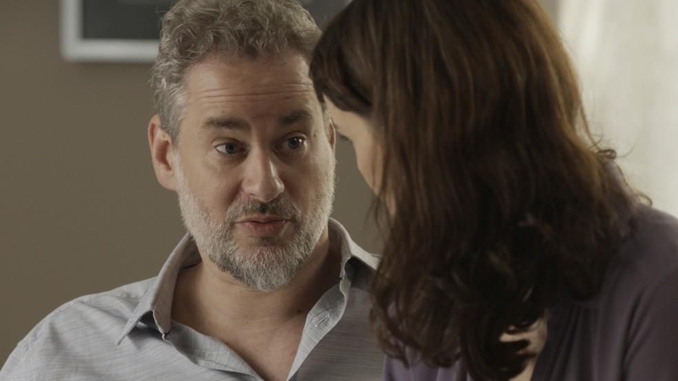 A tensão de Irene aumenta quando Eugênio revela que contratou um detetive para saber o paradeiro do tio.  (Foto: TV Globo)