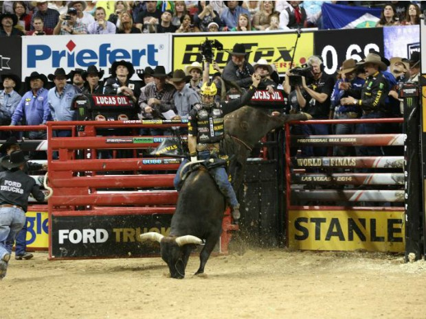 Silvano venceu campeonato nos EUA após montar no touro Asteroid (Foto: André Silva / PBR Brasil)