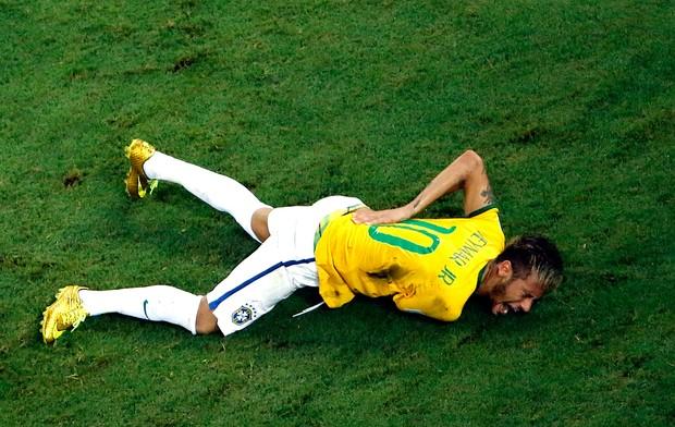 Neymar contusão brasil e Colombia arena Castelão (Foto: Agência Reuters)