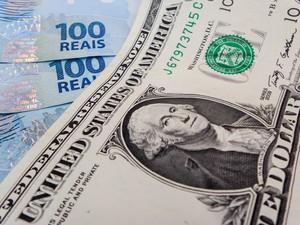 Notas de dólar e real (Foto:  Rafael Neddermeyer/ Fotos Públicas)