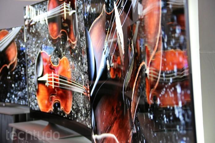 Nova TV OLED da LG com 77 polegadas pode ficar flat ou curvada (Foto: Fabrício Vitorino/TechTudo)