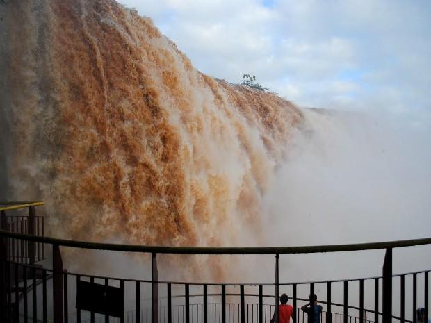 Às 16h, vazão nas Cataratas do Iguaçu passava dos 14,4 milhões de litros de água por segundo, quase dez vezes o volume normal de 1,5 milhão de l/s (Foto: Cataratas do Iguaçu S.A. / Divulgação)