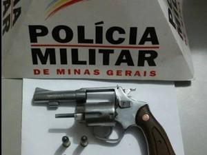 Arma foi localizada no matagal (Foto: Polícia Militar/Divulgação)